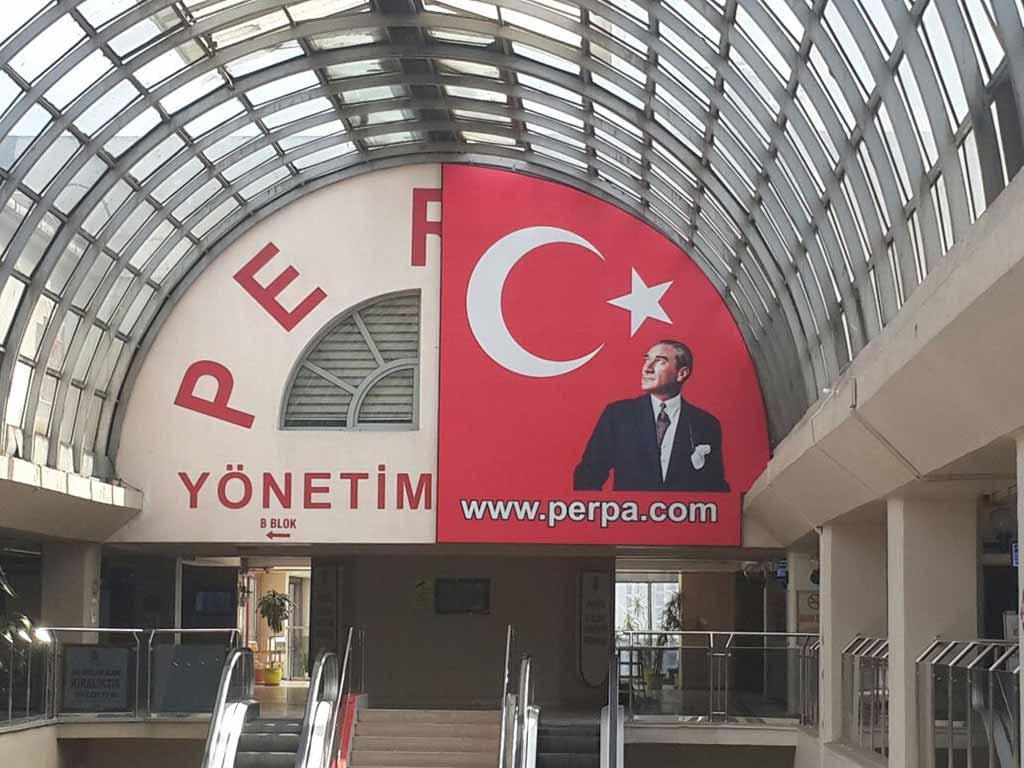 Atatürk Posteri ve Türk Bayrağı Tekmelendi