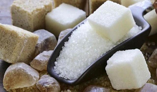"""Türkiye'deki şeker fabrikalarının özelleştirilmesi ve beraberinde mısır şurubuna dayalı tatlandırıcıların piyasaya hakim olması, kanser başta olmak üzere, sağlığımız üzerinde pek çok ölümcül sonucu da beraberinde getiriyor. Bu haftaki Pazartesi Söyelşisi'nin konuğu olan ühlü kalp cerrahı Prof. Dr. Bingür Sönmez, """"Şimdi biz toz şekere, yani pancar şekerden elde edilen şekere razıyız çünkü kanseri gördük sıtmaya razı olduk. Bu nedenle artık annelere diyoruz ki sakın çocuklarınıza sokaktan endüstriyel tatlı almayın, evde kendiniz yapın"""" ifadelerini kullanıyor."""